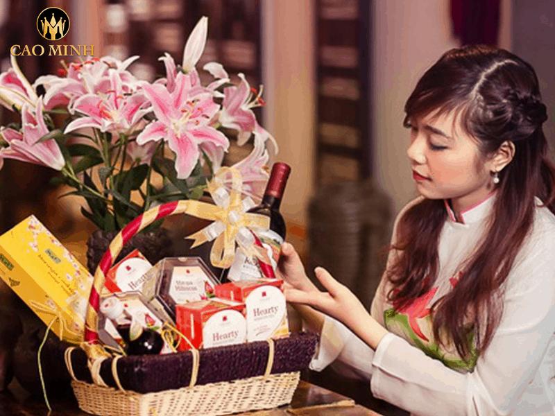 Gợi ý cách gói giỏ quà Tết đẹp, ý nghĩa cho dịp Tết