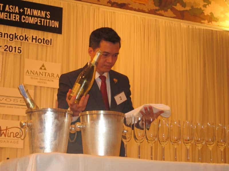 Alex Thịnh đã trở thành chuyên gia thử nếm rượu vang