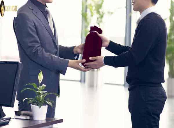 Chọn thời gian tặng quà cho sếp