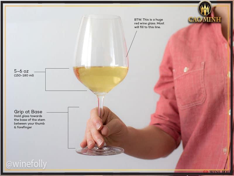Cách cầm ly uống rượu vang đúng cách