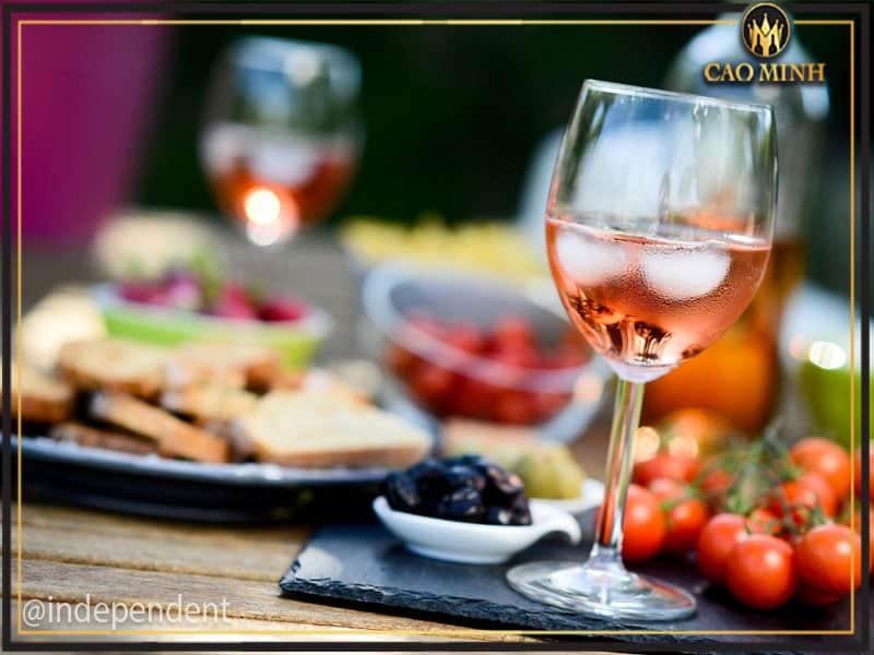 [Giải đáp] Có nên thưởng thức rượu vang uống với đá?
