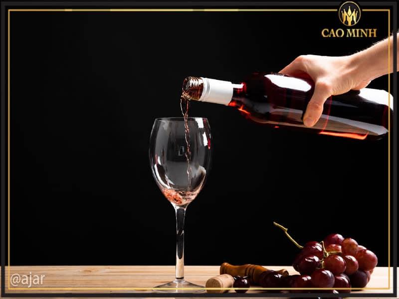 Hướng dẫn cách rót rượu vang đúng chuẩn