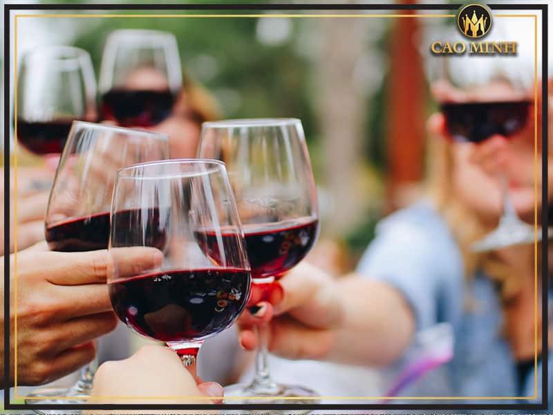 Thưởng thức rượu vang Chateau Laubes