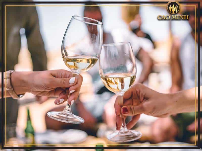 Cách cầm ly rượu vang đúng chuẩn