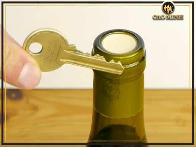 Cách mở rượu vang bằng chìa khóa