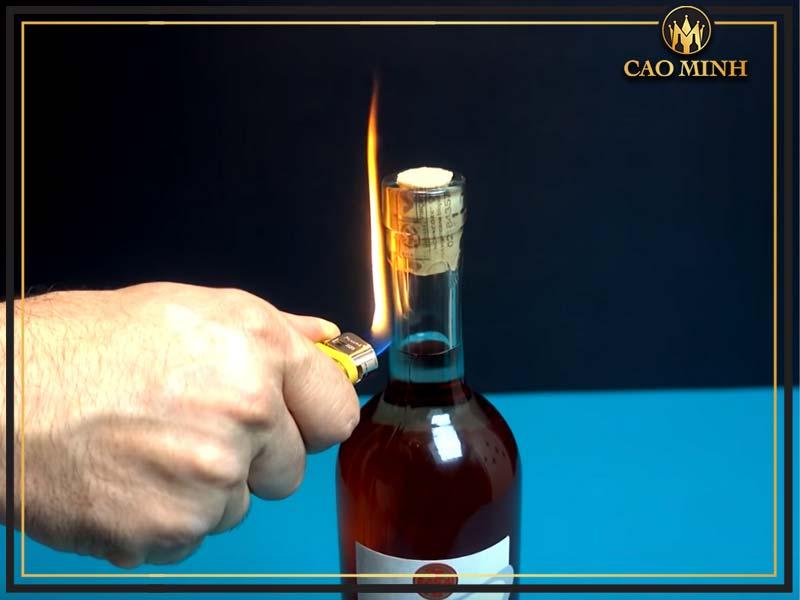 Cách mở rượu vang bằng lửa