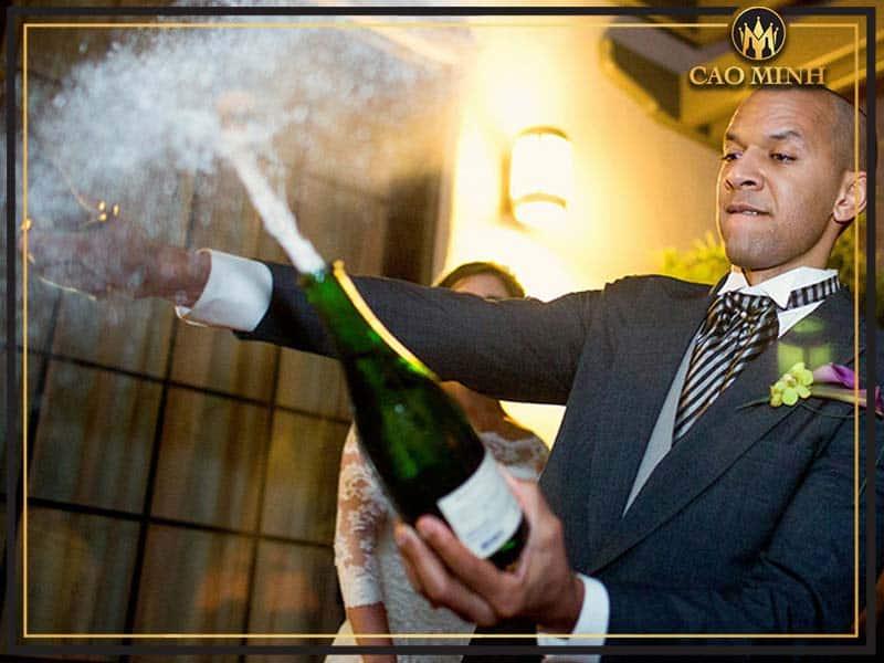Rượu vang nổ được dùng để mở màn cho nhiều bữa tiệc, đám cưới hỏi