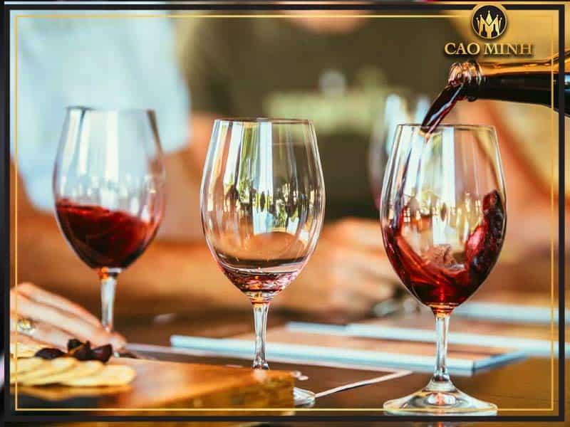 Ngắm màu sắc của rượu vang để khám phá chất lượng của rượu vang