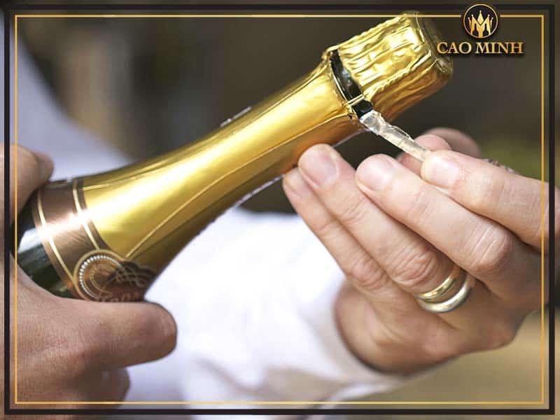 Cần nắm được cách mở rượu vang đúng để không làm giảm không khí bữa tiệc