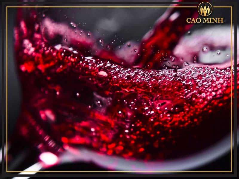 Rượu có màu đỏ đậm, đồng đều là rượu vang chát ngon