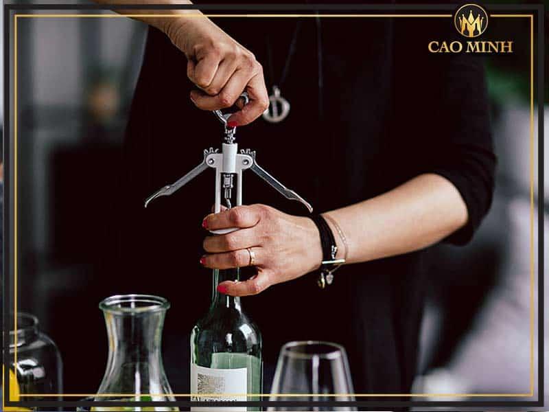 Hướng dẫn mở rượu vang bằng dụng cụ