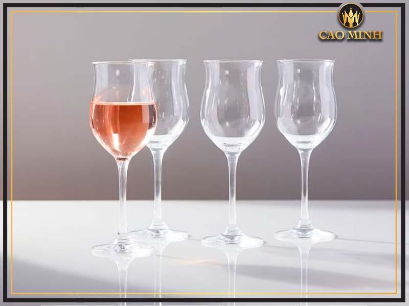 Ly uống rượu vang hồng