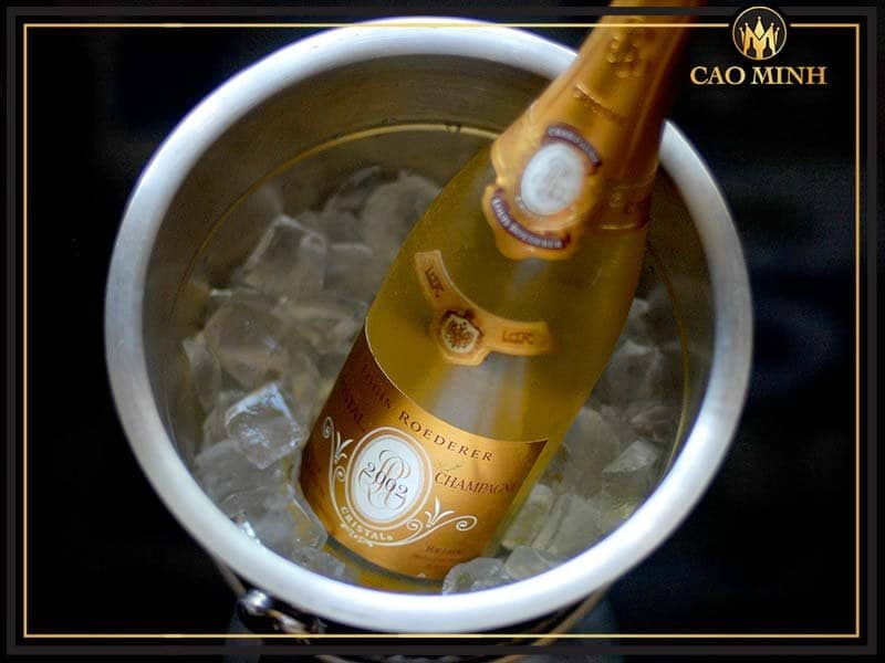 cach-uop-lạnh-ruou-vang-Champagne-Louis-Roederer-Cristal