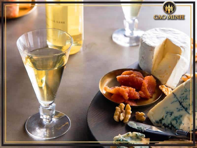 Rượu vang ngọt nên kết hợp ăn với món gì